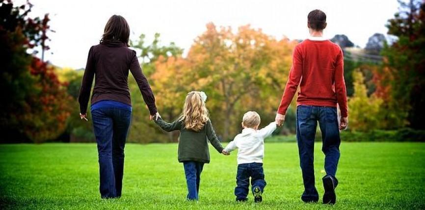 Homenaje y ruego a la Madre de Dios por las familias. Sean signo de su Misericordia en el mundo, alienta el Papa